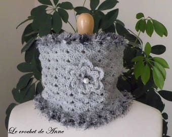 Choker / light gray snood adorned with a flower!