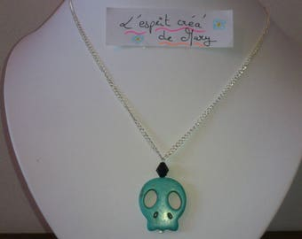 Necklace: chain with skull pendant