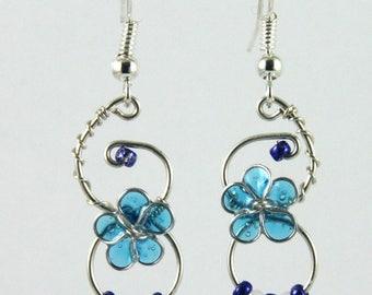 Boucles d'oreilles petite fleur bleu translucide