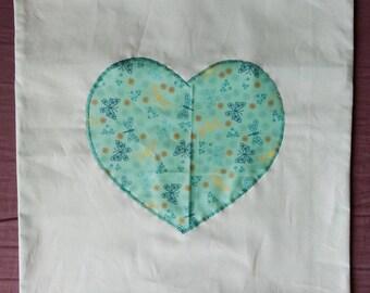 Housse de coussin vert pâle décorée d'un coeur, personnalisable