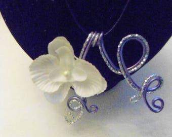 wire auminium pendant 2 colors with orchid flower