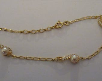gold plated bracelet with synthetic pearls