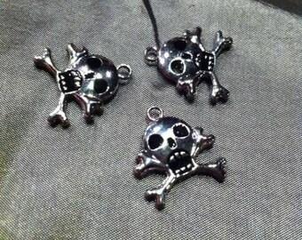 The silver metal skull pendant/charm