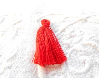 A red 3 cm tassel.