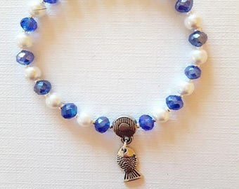Bracelet white pearls blue and one fish