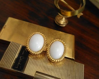 VINTAGE antique style CAMEO EARRINGS, white and gold, ' 70, shabby chic