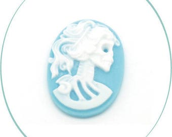 An oval cabochon resin cameo, blue & white, 25 x 18 mm, 4 mm thick
