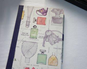 Bloc notes au décor de flacons de parfum