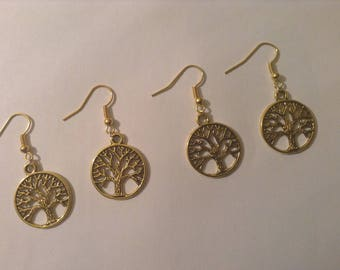 Earrings color gold with round charm with a tree