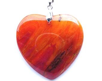 Pendentif coeur agate de 45x46 mm pierre jaune, orange, fuchsia et bélière argenté de 19 mm.