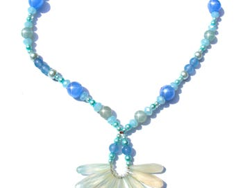 Collier ras de cou perles calcédoines bleus claire à facettes et perles agates, nacres et verres bleues.