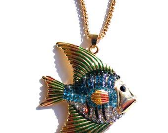 Sautoir doré poisson, strass bleu et blanc, émaux vert, rouge, jaune et chaine doré.