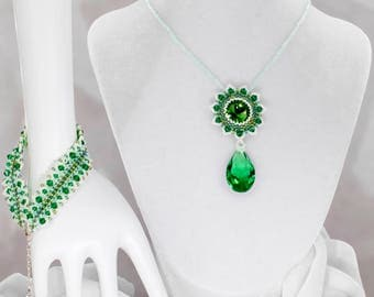 Green and white flower - beaded necklace with bracelet