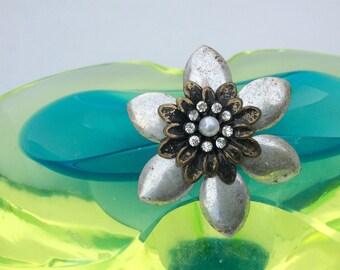 Silver color flower adjustable ring.