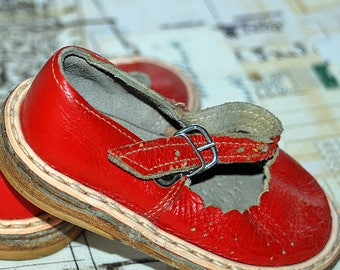 PLAYING HARD, vintage leather red baby Shoes, homedecorating, photo prop, from an estate sale, Cool Vintage, collectibles, gorgeous, UA