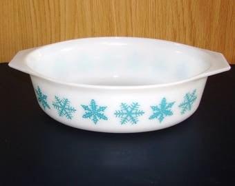 Pyrex 2 1/2 Quart Oval Casserole - Snowflake Pattern