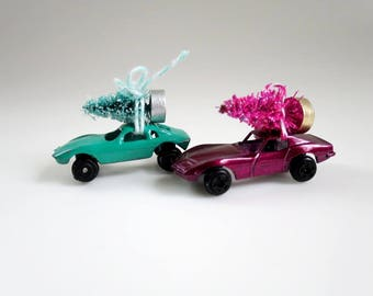 Vintage Car Ornaments, Mini Metal Toy Car with Bottle Brush Tree, Christmas Tree, Toy Car and Tree, Bringing Home the Tree, Putz Village