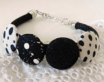 Bracelet with beads of black and white fabrics