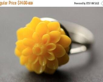 BACK to SCHOOL SALE Yellow Mum Flower Ring. Yellow Chrysanthemum Ring. Yellow Flower Ring. Yellow Ring. Adjustable Ring. Handmade Flower Jew