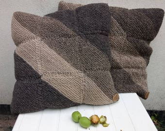 kussen van Texelaar wol geverfd met walnootbolsters