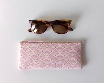 Etui à lunettes molletonné en tissu écailles rose