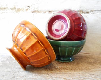 Three French vintage cafe au lait bowls, red green caramel decor, ribbed shape café au lait bols, 1970. French country tableware.