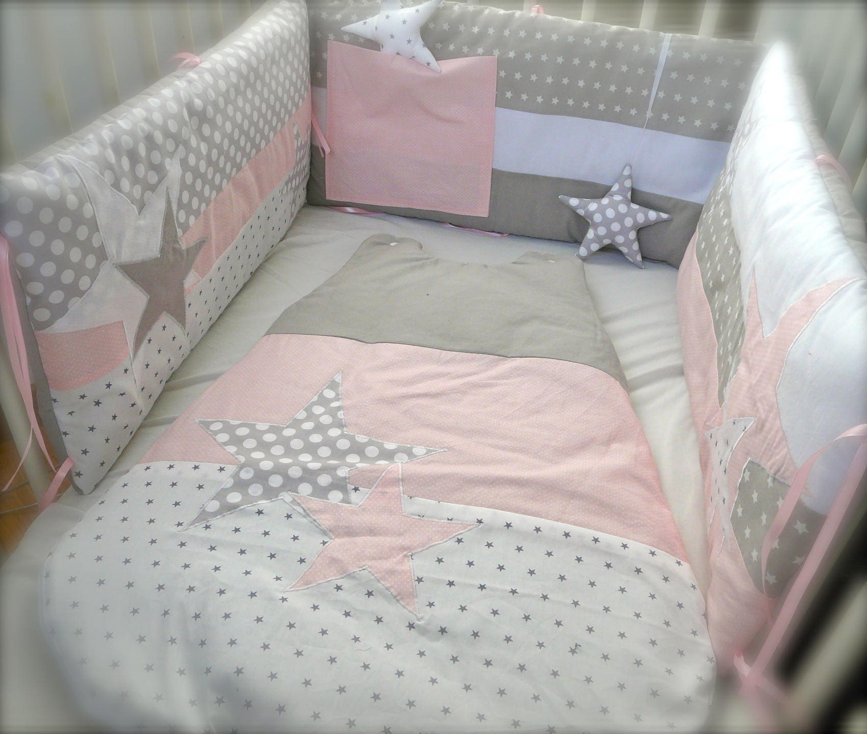 tour de lit etoiles rose et gris perles. Black Bedroom Furniture Sets. Home Design Ideas
