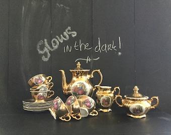 Glows in the dark Fragonard golden tea set. Teapot, cups, sugar bowl, milk jug. Gilded coffee set Versailles. After dinner espresso, mocha