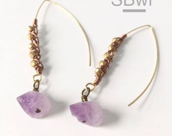 Gemoetric earrings in bronze with raw amethyst and metallic detail