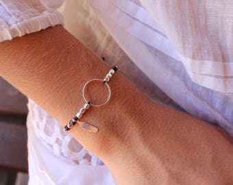Adjustable cord bracelet Una, closed ring and small feather silver 925