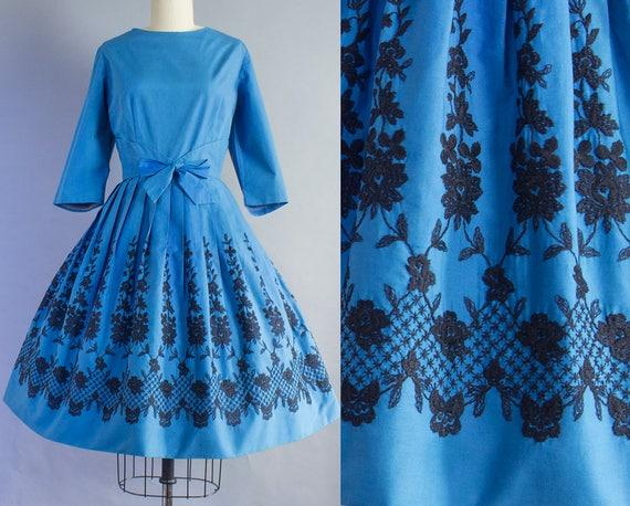 1950s Floral Embroidered Hem Dress   Large (38B/30W)
