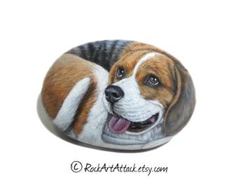 Pretty beagle dog hand painted on smooth stone! Detailed acrylic painting on natural sea stone, animal painted stone, rock painting dog