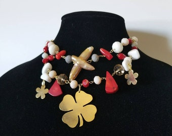 Elegant necklace, with white stones and corals