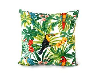 Housse de coussin 40 x 40 cm - tissu exotique imprimé tropical - motifs fleurs feuilles perroquets et toucans - verso uni vert anis