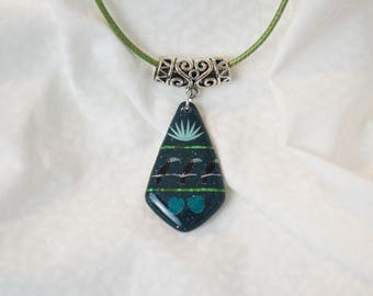 Necklace green toucan varnish resin, handmade jewelry green glittery passing bird motifs carved metal, green pendant shiny fashion