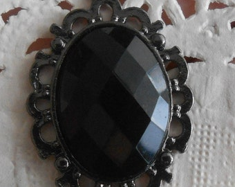 Charm finely engraved baroque style in antique silver and black cabochon 3.00 cm in height