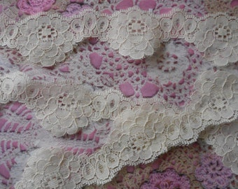 Ivory floral lace non-elastic polyester 3,50 cm wide.