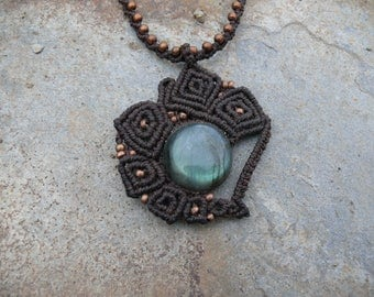 Pendant macrame necklace with labradorite