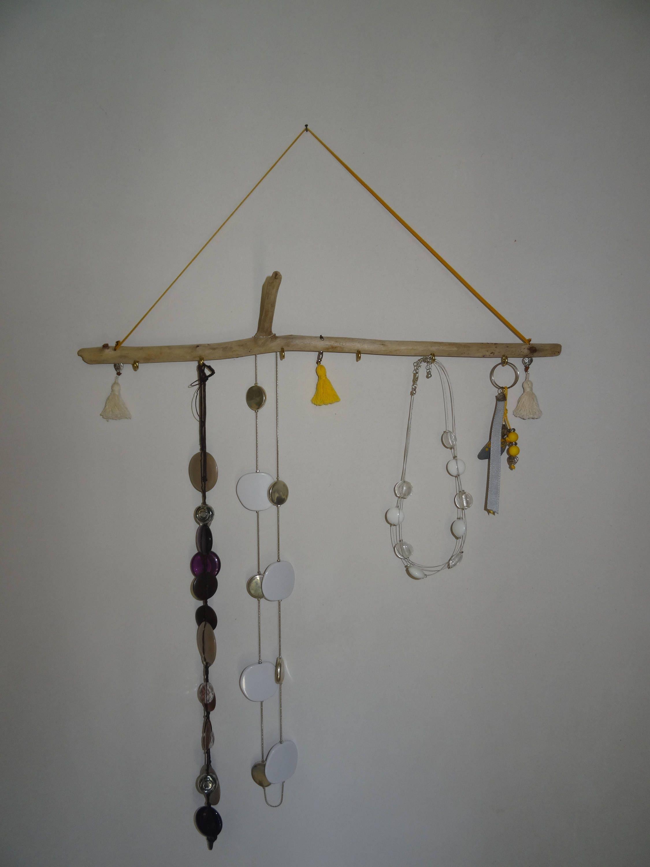 pr sentoir bijoux porte bijoux en bois flott avec pompons. Black Bedroom Furniture Sets. Home Design Ideas