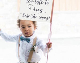 Too Late To Run... Here She Comes Sign | Ring Bearer Flag Funny Wedding Banner Romantic Script USA 1305 SRW