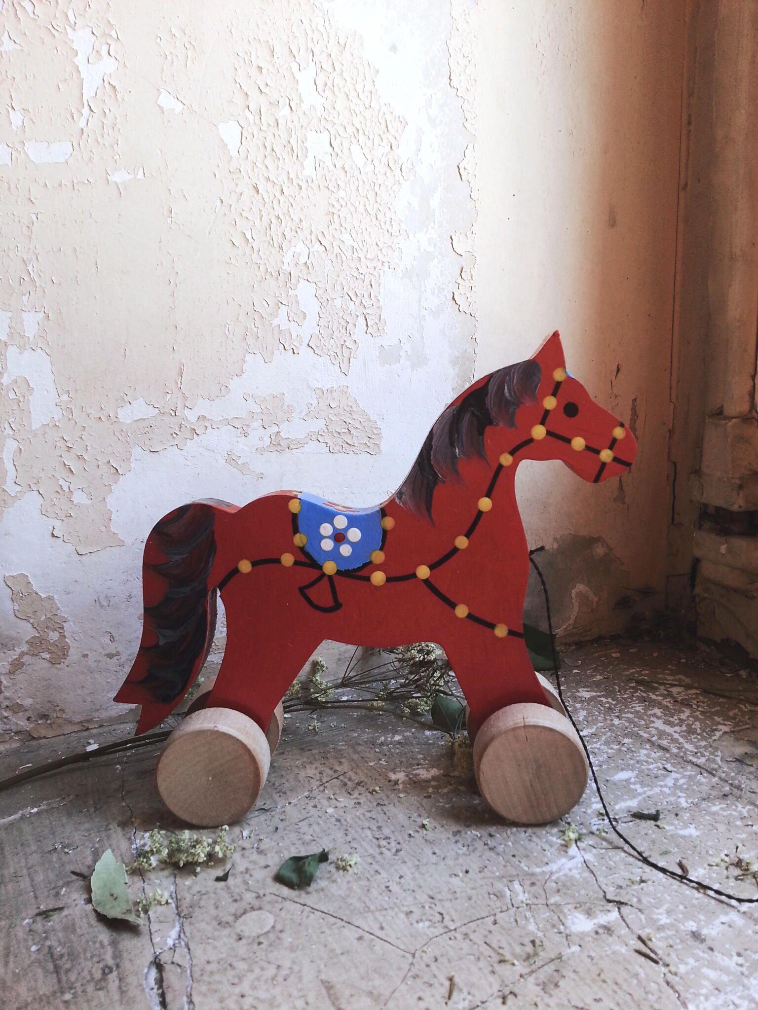 cheval roulettes rouge jouet pour enfant en bois peint la. Black Bedroom Furniture Sets. Home Design Ideas