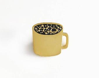 Eine Tasse Kosmos | Emaille Pin, Brosche, Anstecknadel, Emaillepin, Pins, gold, schwarz, Tasse, Kaffee, Universum, Galaxie, Weltall, Sterne