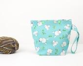 Un sac de projet écheveau avec des lapins, des souris et des hiboux, aqua projet sac, mignon sac à tricoter de chaussette au crochet