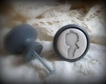Un Bouton de meuble (porte ou de tiroir )en bois et terre cuite émaillée : SILHOUETTE Bébé