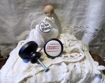Un Bouton de meuble (porte ou de tiroir )en bois et céramique : Fragile