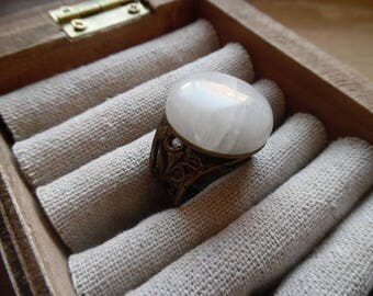* Zareluni * thick antique ring topped with a white labradorite.