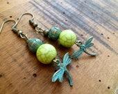 greenery § Boucles d'oreille bronze patine vert de gris, libellule et lotus perle pierre vert anis, lotus and dragonfly earrings