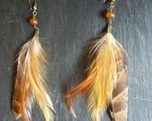 """Boucles d'oreilles """"Ambré"""" : agate orange et plumes coq, faisan"""