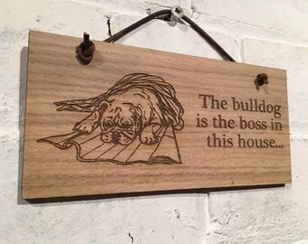 """Bulldog Zeichen """"die Bulldogge ist der Chef in diesem Haus"""" großes Geschenk für Liebhaber dieser Rasse.  Tolles Geschenk, Geburtstag, Weihnachten, Hund Liebhaber."""