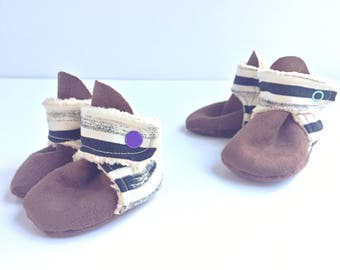 Black and white stripe baby booties. Gender neutral, perfect for a boy or girl. Black drawn stripe on white.